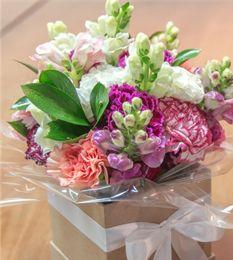 Buque de flores - Arranjo Paris F2  Mini arranjo na caixinha com rosas, boca de leão alstroemérias e cravos.   #PollenDreams #Pollen #SãoPaulo #Brasil #Felicidade #Carinho #Amor #Casamento #Flores #Rosas #Decoracao #Arranjos #inspirations #flowersinbrazil #flowers #love #delivery #qualidade #floristas #buques - Flores no Brasil, Flores em São Paulo - Flowers to Brazil - @Pollenflores - www.PollenFlores.com.br