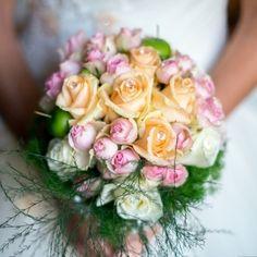 3 colori delicati per un bouquet romantico: bianco, rosa e pesco chiaro. Di che colore saranno i tuoi?   Foto di @francescobrunellofotografie #matrimonio #nozze #matrimoniocom #decorazioni #bouquet