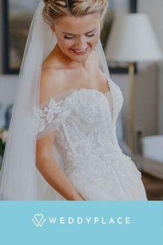 So vielseitig und flexibel wie heute war Braut noch nie: Langer Schleier bei der kirchlichen Trauung, ein koketter, kurzer Schleier auf dem Standesamt, beim Hochzeitsdinner dezenten Blütenschmuck und zur wilden Hochzeitssauße am Abend einen mondänen Fascinator im Haar. Kathleen John ©️ #Hochzeit #Braut #Brautschleier #Haarschmuck #Brautmode #Fascinator Fascinator, Wedding Dresses, Fashion, Marriage Anniversary, Wedding In A Church, Bridal Veils, Hair Jewelry, Newlyweds, Getting Married