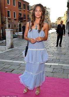 Zaujať pózu! Alicia vyzerala nádherná v jej peknú a letným modrej šatôčky, keď dorazila k Bulgari strany