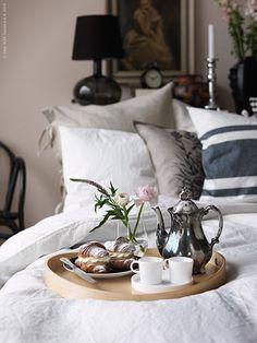 Vad kan vara en bättre start på alla hjärtans dag än att vakna i ett ombonat sovrum inbäddat i romantik? Det skulle väl vara en oemotståndlig uppvaktning på sängen!