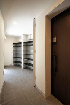 収納たっぷりの玄関土間(葛飾 Y-HOUSE 新築工事)- 玄関事例 Entrance, Divider, Garage Doors, Outdoor Decor, Room, Furniture, Home Decor, Bedroom, Entryway