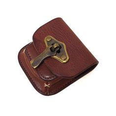 池之端銀革店では、革財布や革小物、アクセサリーなど、Crampの商品を中心にセレクト商品を多数取り扱っています。一つ一つ表情が異なる革は、使い込むことで味わい深い変化が楽しめます。プレゼントにも一押しです。 ハル・Haru 【イタリアンレザー】ヴィンテージ加工 コインケース【HC-520】の商品詳細ページです。7cm×7cmのコインケース・小銭入れです。ヴィンテージ加工を施したイタリアンレザー製です。