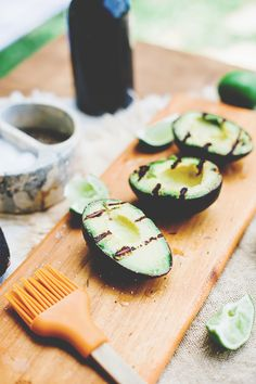 Lime Grilled Avocados Ingredients: 1 avocado Extra virgin olive oil Lime wedges Kosher salt and coarsely ground black pepper Real Food Recipes, Vegetarian Recipes, Cooking Recipes, Healthy Recipes, Vegan Vegetarian, Healthy Dinners, Free Recipes, Grilled Avocado, Grilled Fruit