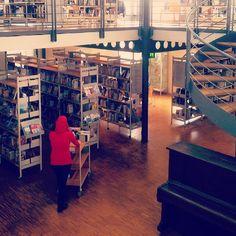 Nicht nur ein Bücherregal - nein - viele lösen bei uns Freude aus, denn sie sind wie unser 2. Zuhause.