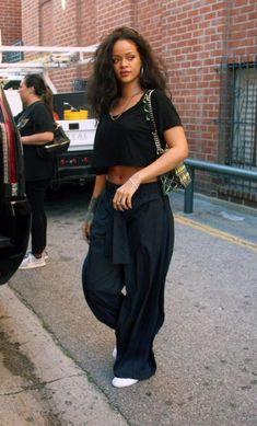 16 Beautiful Celebrity Styles by Rihanna Rihanna black outfit - 16 Beautiful Celebrity Styles by Celebrity Style Casual, Celebrity Style Inspiration, Mode Inspiration, Fenty Rihanna, Mode Rihanna, Rihanna Body, Trend Fashion, Look Fashion, Fashion Outfits