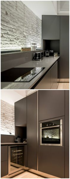 Espectacular cocina Gamma en detalle: Encimera de Silestone en color gris con placa de inducción de tres fuegos, vinoteca, frigorífico y horno integrado.contactanos: ventas@canterasdelmundo.com
