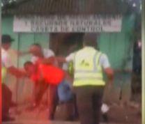 Captan En Cámara Forcejeo Entre Motorista Y 4 Agentes De La AMET En Hato Mayor #Video