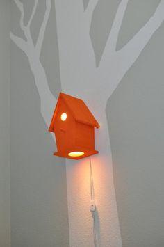 Naturen indendørs - træ på væggen og fuglehuslampe