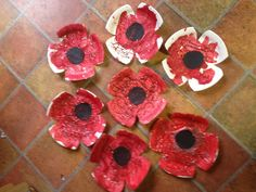 Have the kids paint the paperplates, let it dry, then cut into poppy shape. Glue on black circles, and add green stems with construction paper. Have the kids paint the pa Remembrance Day Activities, Remembrance Day Poppy, Poppy Craft For Kids, Art For Kids, Paper Plate Poppy Craft, Memorial Day Poppies, Cheap Fall Crafts For Kids, Veterans Day Poppy, Construction Paper Flowers