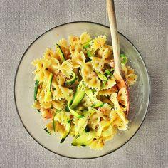 Kamut pasta with smoked salmon, zucchini, poppy seeds and turmeric. //  Pasta di kamut con salmone affumicato, zucchine, semi di papavero e curcuma.