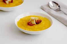 La crema di zucca con crostini di pane dorati aromatizzati al rosmarino è un ottimo comfort food per scaldare corpo e cuore durante le serate autunnali