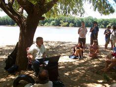 de regreso: Más de Caminatas y Conversas El periodista Schubert Flores brindando una charla sobre Anibal Sampayo en el Balneario Itapé