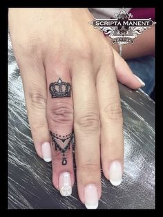 Krone & Schmuck Ring Tattoo # Krone # Schmuck # Tattoo - My list of best tattoo models Mini Tattoos, New Tattoos, Body Art Tattoos, Sleeve Tattoos, Tatoos, Crown Finger Tattoo, Finger Tats, Queen Crown Tattoo, Crown Tattoo On Hand