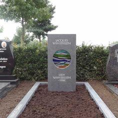Landschap Het echtpaar waar dit grafmonument voor gemaakt is is vlak na elkaar overleden. Hij hield van kleur en zij hield van glas. . De namen zijn aan de voorkant van de steen met de hand in de steen gehakt. Er is gekozen om alle data aan de twee zijkanten van de steen te