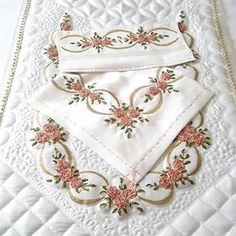 This Pin was discovered by Gul Japanese Patchwork, Patchwork Bags, Silk Ribbon Embroidery, Embroidery Patterns, Royal Tea, Ribbon Work, Learn To Sew, Quilt Making, Hand Sewing