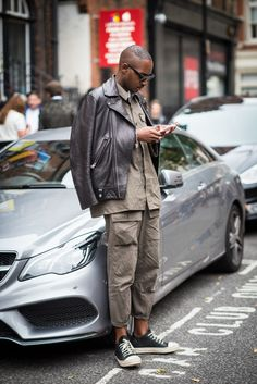 The London Look: Capturing the UK's Best Dress Gents - Uñas Coffing Maquillaje Peinados Tutoriales de cabello Best Cargo Pants, Funky Fashion, Mens Fashion, Moda Funky, London Look, Riders Jacket, Casual Wear For Men, Hipster, Stylish Men