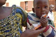 Niño comiendo el suplemento de la dieta RUTF en Malí, país que visitaron los presentadores de La Ventana de Cadena SER para www.golescontraelhambre.com