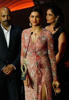 Deepika Padukone Photos - Deepika Padukone at IIFA Awards 2013 Deepika Padukone Makeup, Indian Goddess, India People, Indian Bollywood Actress, Bollywood Stars, Bollywood Celebrities, Hottest Models, Model Photos, Indian Beauty