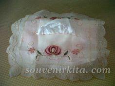Souvenir pernikahan Cover Tissue Serat Nanas. Penampilannya sangat elegan. Harga hanya Rp 7.500,- sudah termasuk kemasan komplit (siap pakai) yaitu dikemas plastik ditali pita dan dipasang kartu ucapan. Cover, Souvenir, Slipcovers