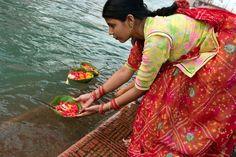 Offrande au bord du Gange à Haridwar