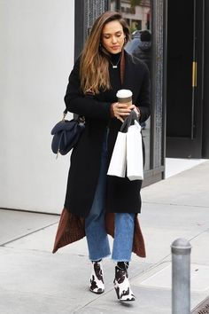 Alba Wore Mango's Most Highly Coveted Ankle Boots in Beverly Hills Jessica Alba street style Fashion Mode, Star Fashion, Look Fashion, Winter Fashion, Fashion Tips, Luxury Fashion, Fashion Trends, Jessica Alba Style, Jessica Alba Fashion