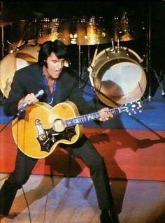 Elvis Presley con su guitarra personalizada