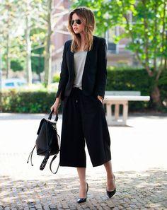 Una forma clásica de apostar por esta prenda, en forma de traje con chaqueta y salones. Pantalones culottes negros