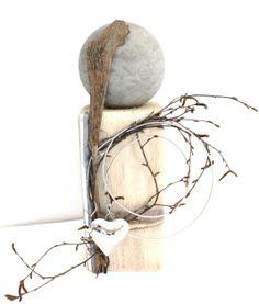 Holzsäule mit Kugel in Steinoptik, Edelstahlherz, dekoriert mit Material aus der Natur – Unikat!! Höhe: ca. 35cm, Preis: 40€