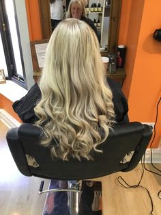 Amazing set of @greatlengths Hair Extensions by Salon Director Hayley😍🤩 . . . #hair #peterborough #melanierichardshairboutique #hairextensions #blonde #shorttolong #longhair #gorgeous #curls #greatlengths