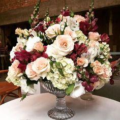 Fim de semana de muitos eventos começando com corporativo no @manimanioca #marianabassiflores #arranjofloral #eventocorporativo #flores#arranjodemesa #marianabassi #decoracaodeeventos