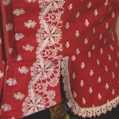 Sehr schönes Trachtenmieder aus rot-weißer Baumwolle, mit hübschem Schößchen. Verschlossen wird es mit Reißverschluss vorne. Die Bluse ist nicht dabei. Das Mieder ist kaum getragen und in sehr...