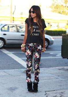 Pantalones florales + sneakers