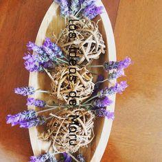 Cuenco de bambú, esferas de ramitas y un toque hermoso de flores de lavanda que coseche de mis plantas lavandas....