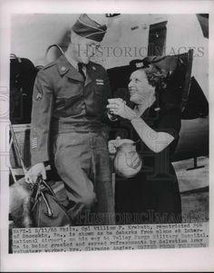 1953 Press Photo POW Cpl William Krebath Greeted By Salvation Army Volunteer