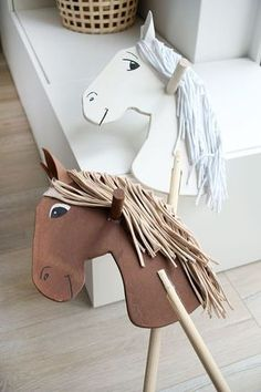 Do it yourself: Amadeus und Sabrina als Steckenpferde selbst bauen Steceknpferde a la Amadeus und Sabrinaaus Holz selbst bauen The post Do it yourself: Amadeus und Sabrina als Steckenpferde selbst bauen appeared first on Kinder ideen. Horse Birthday, Cowboy Birthday, Birthday Ideas, Diy Crafts To Do, Crafts For Kids, Easy Crafts, Stick Horses, Horse Party, Hobby Horse