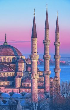 Istanbul is the capital of the world - Tourismee - Tourism Travel and Exploration New Travel, Travel Goals, Solo Travel, Fun Facts About Egypt, Palais De Dolmabahçe, Palacio Imperial, Sainte Sophie, Istanbul Pictures, Empire Ottoman