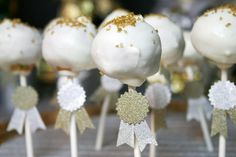 Perfect party ideas for any music, television, or movie award show. (And these cake pops look delicious! Dessert Decoration, Diy Party Decorations, New Years Eve Dessert, Cupcake Toppings, Golden Birthday, Nouvel An, Party Entertainment, Fancy Cakes, New Years Eve Party