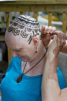 Henna Heals, une association canadienne, propose aux femmes atteintes du cancer de tatouer leur crâne chauve au henné pour mieux supporter la perte de leurs cheveux.