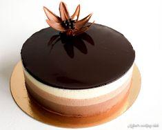 Vous cherchez un dessert qui en jette mais qui ne vous prenne pas des heures ? Cette recette d'entremets trois chocolats est un grand classique indémodable