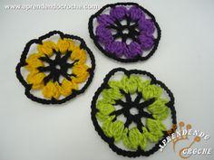 Flor de Crochê Colorida - Receita de Croche com o Passo a Passo no Link http://www.aprendendocroche.com/receitas-de-croche/video-aula.asp?resid=1365&tree=20