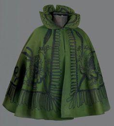Mantelet brodé à col Médicis, vers 1890. Drap de laine vert bouteille orné de rinceaux et grenades stylisées en soutache de tresse de laine brune