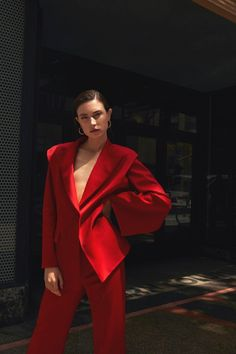 Jacquelyn Jablonski travels to sunny Los Angeles, California, for Vogue Poland's July 2019 issue. Captured by Gosia Turczynska, the brunette beauty wears a colorful wardrobe full of suiting separates. Urban Street Fashion, Red Fashion, Suit Fashion, Look Fashion, Tokyo Fashion, Bridal Fashion, Fashion 2020, Red Suit, Black Suits