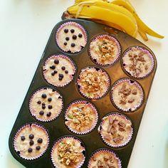 Nyttiga och riktigt goda bananmuffins med havre och grahamsmjöl. Goda att servera till fikat eller som frukost. De blir saftiga och mjuka av bananerna.