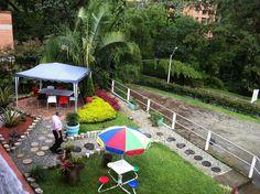 Jardín y parqueadero