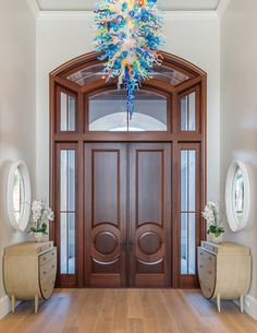 """We didn't want an ordinary fixture in such a grand entrance … it needed to be fun and unexpected,"" interior designer Sally Richardson says of the custom chandelier designed by V art glass. Global Views driftwood chests and mirrors with a gessoed finish in matte white complete the welcoming space. Coastal Color Palettes, Coastal Colors, Warm Grey Walls, Ro Sham Beaux, Audubon Prints, Serene Bedroom, Florida Design, White Subway Tiles"