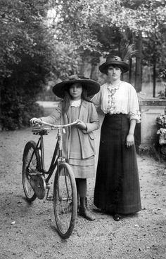 Vintage Clothing Pedaling Through the Past - Edwardian ladies, on bikes. Antique Photos, Vintage Pictures, Vintage Photographs, Vintage Images, Old Photos, Old Pictures, Velo Vintage, Mode Vintage, Vintage Ladies