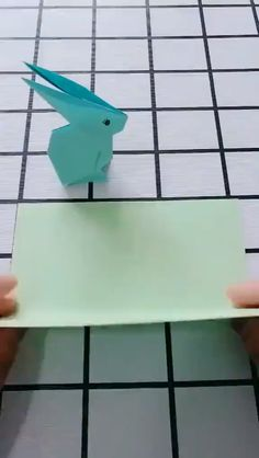 Zelfstudie DIY Origami Rabbit Video 😄 Instruções Origami, Origami Simple, Origami Videos, Origami And Kirigami, Paper Crafts Origami, Origami Flowers, Diy Paper, Simple Origami Tutorial, Kirigami Tutorial