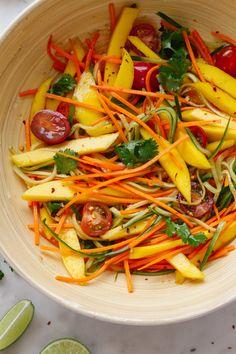 Spicy Thai Mango Salad - The Simple Veganista Thai Mango Salad, Mango Salat, Spicy Cucumber Salad, Avocado Salat, Healthy Salad Recipes, Whole Food Recipes, Cooking Recipes, Mango Recipes, Asian Recipes