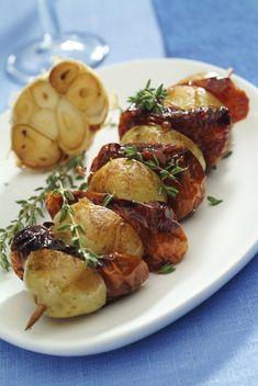Když se v kuchyni připravují špízy, rozhodně to není otravné vaření. Spíš zábava, která může pak klidně pokračovat i u stolu. Baked Potato, Potato Salad, Sausage, Food And Drink, Pork, Healthy Recipes, Meat, Chicken, Dinner